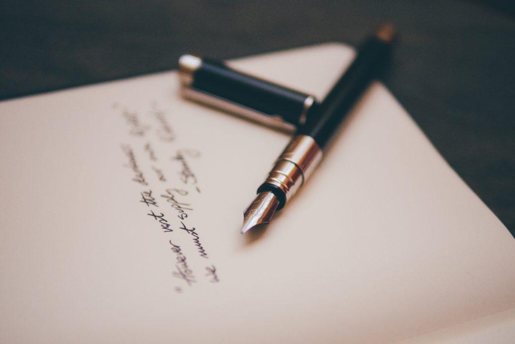 Eleganter Füller liegt auf Breifpapier