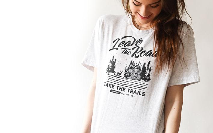 Frau in bedrucktem T-Shirt